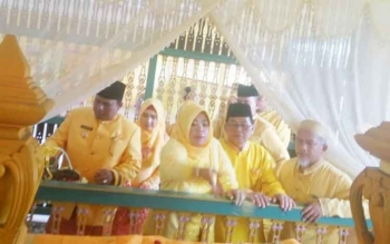Bupati Kobar Nurhidayah saat melakukan tabur bunga di Makam Pangeran Ratu Anum Kusuma Yudha Senin (2/10/2017)