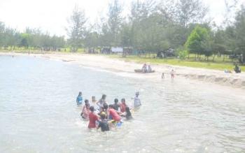 Masyarakat saat berlibur di Pantai Anugrah Desa Sungai Tabuk, Kecamatan Pantai Lunci, Kabupaten Sukamara.