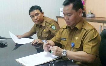 Plt Sekda Kotim, H Halikinnor dan Kepala Disbudpar Fajrulrahman saat mendaftar lelang jabatan Sekda.