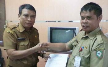 Kepala Disbudpar Kotim, Fajrulrahman saat menyerahkan berkas pendaftarannya pada lelang jabatan Sekda.