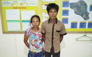 Pasautri yang ditangkap mencuri sawit, saat berada di Polsek Sungai Sampit.