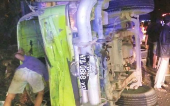 Truk pengangkut biji sawit terbalik seusai bertabrakan dengan sepeda motor SF, Sabtu (30/9) malam.