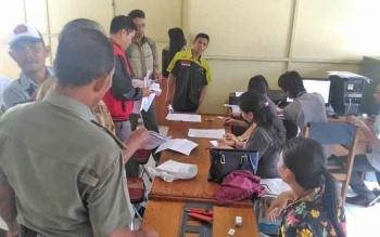 Masyarakat mendaftar menjadi peserta jalan sehat di kantor KPU Kabupaten Gunung Mas, Senin (2/10/2017).