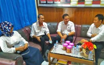 Ketua Panwaslu Lamandau, Bedi Dahaban beserta dua anggotanya berkunjung ke Mapolres Lamandau untuk berkoordinasi Jelang Pilkada, dan ditemui oleh Kasat Intel Polres, Senin (2/10/2017).