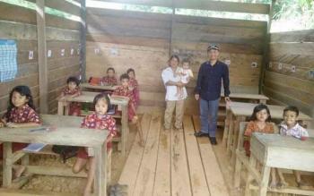 Anggota DPRD Kabupaten Barito Utara Taufik Nugraha saat mengunjungi salah satu SD Kunjung, beberapa waktu lalu.