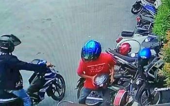 Pelaku maling helm yang sempat terekam CCTV saat beraksi.
