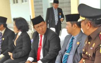 Bupati Pulang Pisau Edy Pratowo saat berbincang dengan Ketua DPRD dan Kajari Pulang Pisau usai upacara Hari Kesaktian Pancasila di Halaman Pemkab Pulang Pisau.