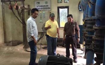 Direktur Utama PDAM Muara Teweh Agus Surjanto mendampingi Bupati Barito Utara Nadalsyah dan Sekda Jainal Abidin yang datang memantau kerusakan dua pompa air baku, Senin (2/10/2017).