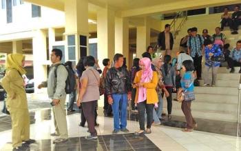 Puluhan honorer kategori dua saat mendatangi kantor DPRD Kabupaten Barito Utara, Senin (2/10/2017).