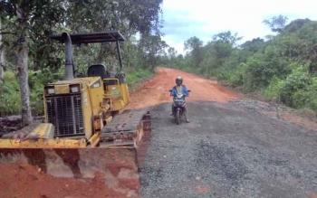 Proyek pembangunan ruas jalan Anjim Km 1 - Pulau Kupang.