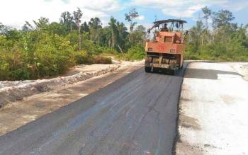 Proyek pengaspalan ruas jalan Kuala Kurun-Sepang Simin, Kabupaten Gunung Mas, yang menggunakan sistem multiyears.