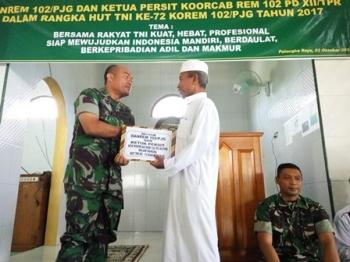 Kasrem 102/Pjg Letkol Kav Enda M Harahap menyerahkan tali asih kepada Ketua Panti Asuhan Tazkiyah, Muhammad Robi\\\'in.