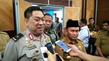 Kepala Bidang Operasi Sekretariat Satgas Saber Pungli Brigjen Pol Widiyanto Poesoko di dampingi Gubernur Kalteng Sugianto Sabran memberikan keterangan kepada wartawan, Senin (2/10/2017).