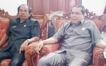 Wakil ketua DPRD Gumas Punding S Merang (kanan) bersama Ketua DPRD Gumer saat berbincang wartawan