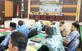 Kepala Bappelitbang Wim Ngantung menyampaikan laporan pada Rakordal pelaksanaan pembangunan triwulan III, Selasa (3/10/2017).