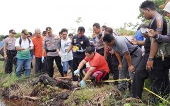 Anggota Polres Palangka Raya melakukan identifikasi terhadap temuan mayat di Jalan Ir Soekarno, Selasa (3/10/2017)