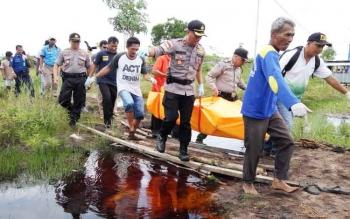 Anggota Polres Palangka Raya mengevakuasi ASN Damkar yang ditemukan tewas di rawa-rwa, Selasa (3/10/2017)