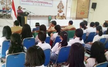 Direktur Eksekutif PKBI Kalteng Mirhan saat kegiatan kampanye gizi nasional (KGN) melalui even masyarakat dalam rangka hari pangan sedunia di GPU Tampung Penyang, Selasa (3/10/2017)