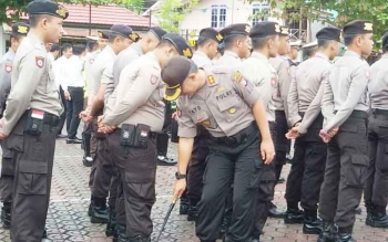 Kapolres Barito Utara AKBP Tato Pamungks Suyono mengecek kerapian anggota saat apel pagi