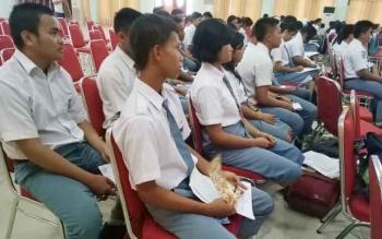 Puluhan siswa mengikuti sosialisasi masyarakat cerdas IT dan pemberdayaan kelompok informasi masyarakat di GPU Damang Batu Kuala Kurun, Selasa (3/10/2017)