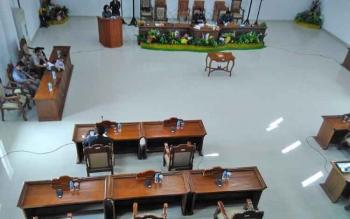 Para rapat paripurna penetapan LKPD, sebagian besar anggota DPRD Pulang Pisau mangkir. Tampak kursi-kursi anggota DPRD yang kosong pada Rapat paripurna tersebut.
