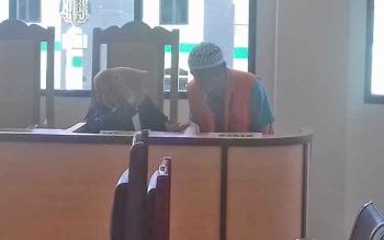 Hasan terdakwa kasus sabu saat berkordinasi dengan penasihat hukumnya.