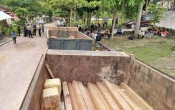 Dumptruk bermuatan kayu ulin yang diamankan aparat polres di Desa Karang Taba, kini berada di Mapolres Lamandau, Selasa (3/9/2017)