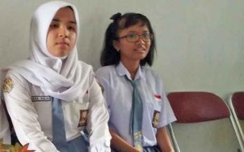 Hana Aulia dan Grashela yang telah berhasil masuk dalam peringkat 10 besar FLS2N tingkat nasional tahun 2017
