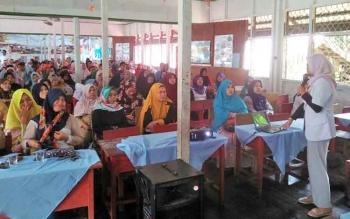 Dokter internsip Puskesmas Muara Teweh, Kabupaten Barito Utara, dokter Herla Maulita S saat menyampaikan materi sosialisasi BIAS di MIN 1 Melayu, Selasa (3/10/2017).