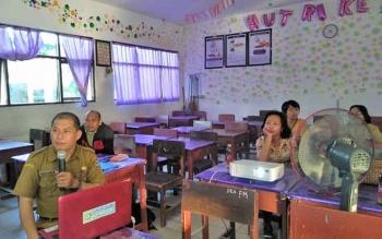 Ketua MGMP Bahasa Indonesia SMA Kota Palangka Raya, Jaya Kusuma memimpin pertemuan dengan para Guru Bahasa Indonesia Palangka Raya, Senin (2/10/2017).