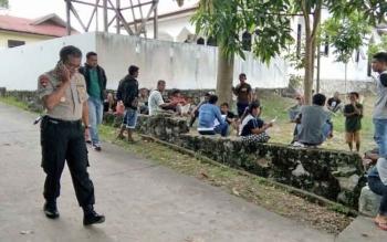 Tampak Kapolres Lamandau AKBP Andhika Kelana Wiratama, saat berjalan di sekitaran masyarakat desa Karang Taba yang berkerumun di sekitar Kantor Satreskrim Polres, Selasa (3/10/2017) siang.