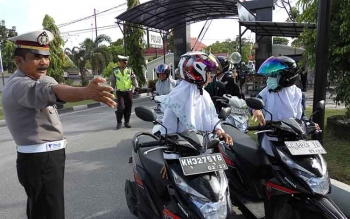KBO Lantas Polres Palangka Raya, Iptu Kusriyadi mengarahkan kendaraan untuk proses pemeriksaan.