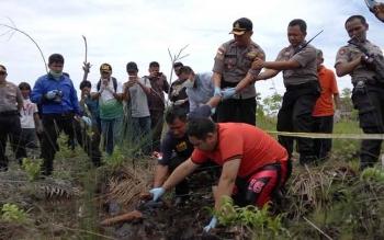 Proses evakuasi jenazah ASN Damkar yang ditemukan di rawa-rawa.