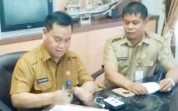 Kepala BKD Kotim Alang Arianto (kanan) saat menerima pendaftaran peserta lelang jabatan sekda