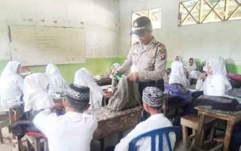 Kapolsek Kapuas Kuala, Iptu Juhri Muhammad saat melakukan razia narkoba kepada para pelajar MTSN Darussalam, Desa Warna Sari, Kecamatan Kapuas Kuala