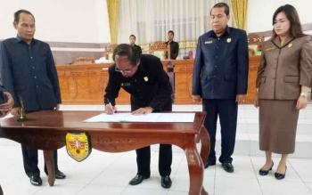 Ketua DPRD Gumas menandatangani pengesahan APBD perubahan 2017 pada rapat paripurna, Rabu (4/10/2017).