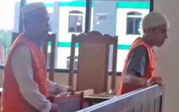 Bambang Supratman dan Alpidi terdakwa kasus judi.