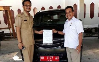 Anggota Komisi A DPRD Kota Palangka Raya, Riduanto menyarahkan mobil dinasnya kepada staf Setwan DPRD Kota Palangka Raya sebagai bentuk tanggung jawab penggunaan mobil dinas tersebut.
