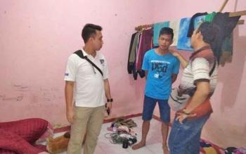 Kapolsek Parenggean Iptu Triono Raharja saat menangkap pelaku pencurian walet bersama Resmob Polres Kotim.