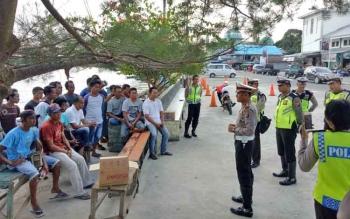 Satlantas Polres Sukamara saat menggelar sosialisasi kepada masyarakat di pelabuhan speet boad.