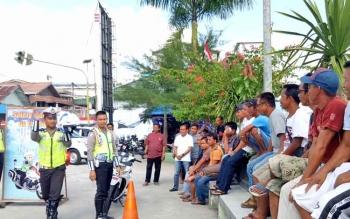 Satlantas Polres Sukamara saat mengger sosialiasi kepada masyarakat tentan berkendara yang baik dan benar.