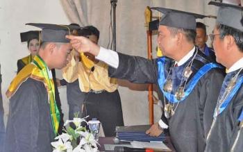 Bupati Kapuas Ben Brahim S Bahat mewisuda 94 lulusan Akademi Keperawatan (Akper) Pemkab Kapuas angkatan XIV di Aula Kantor Pemkab Kapuas, Rabu (4/10/2017).