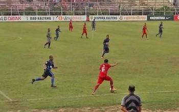 Pemain Kalteng Putra (kaos merah) berusaha melewati punggawa PSBS Biak dalam laga lanjutan kompetisi Liga 2 Indonesia di Stadion Tuah Pahoe, Palangka Raya, Rabu (4/10/2017).