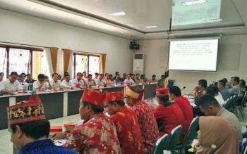 Pertemuan untuk memediasi permasalah PT AGU dengan masyarakat tujuh desa di Kecamatan Gunung Timang, Kabupaten Barito Utara, Rabu (4/10/2017).