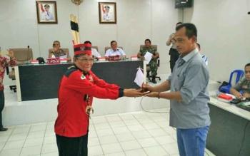 Ketua Gerakan Pemuda Dayak Indonesia Kabupaten Barito Utara Saprudin S Tingan (kiri) menyerahkan bendera putih kepada manajeman PT Antang Ganda Utama Said Abdullah, dalam pertemuan yang digelar di Aula Setda, Rabu (4/10/2017).