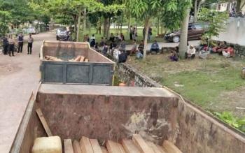 Barang bukti kayu ulin yang dimuat dalam dua unit dumptruk telah diamankan di Mapolres Lamandau, Selasa (3/10/2017)