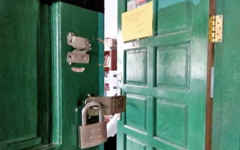 Tampak grendel kunci di salahsatu pintu ruang kesmas gedung kantor Dinkes Lamandau diduga dirusak maling