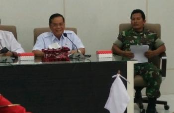 Sekda Barito Utara Jainal Abidin saat memoderatori rapat memediasi permasalahan PT Antang Ganda Utama yang bersengketa dengan masyarakat di Aula Setda, Rabu (4/10/2017).