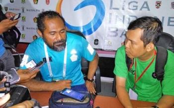 Asisten Manajer PSBS Biak, Daniel Karetji (kiri) memberikan keterangan kepada wartawan, Rabu (4/10/2017).