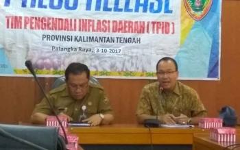 Wakil Ketua TPID Kalteng, Setian (kanan) dan Kepala Biro Ekonomi dan SDA.